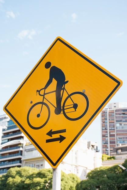 Straßenschildpfeil mit niedriger ansicht für fahrräder Premium Fotos