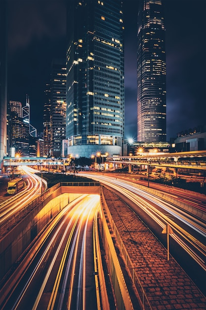 Straßenverkehr in hong kong in der nacht Premium Fotos