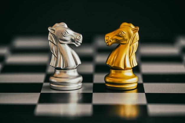 Strategie schachkampf intelligence challenge-spiel. schachgeschäftsführer und erfolgsidee. Premium Fotos