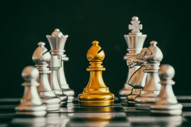 Strategie schachkampf intelligenzherausforderungsspiel auf schachbrett. Premium Fotos