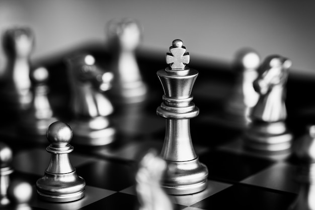 Strategieschachkampf intelligenz-herausforderungsspiel auf schachbrett. Premium Fotos