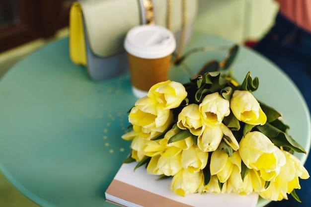 Strauß gelber tulpen auf dem tisch Premium Fotos