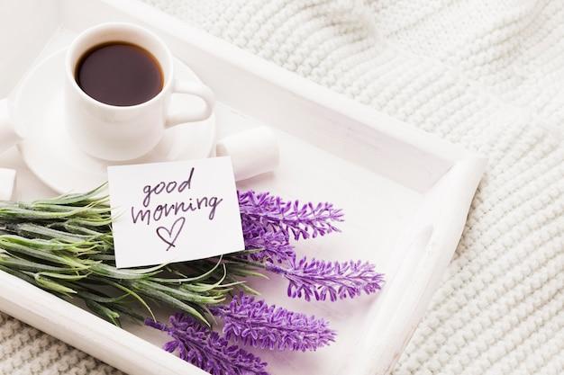 Strauß lavendel und tasse kaffee Premium Fotos