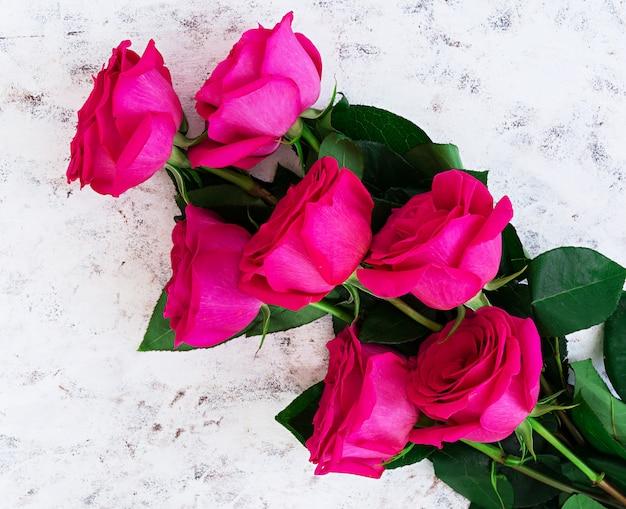 Strauß rosa rosen auf dunkel Premium Fotos