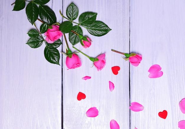 Strauß rosa rosen mit blütenblättern Premium Fotos