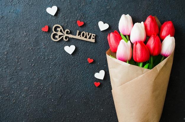 Strauß tulpen und dekorativer schlüssel für valentinstag, frauen- oder muttertag. Premium Fotos
