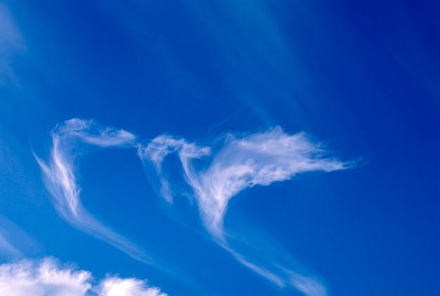 Streaky wolken am blauen himmel Premium Fotos