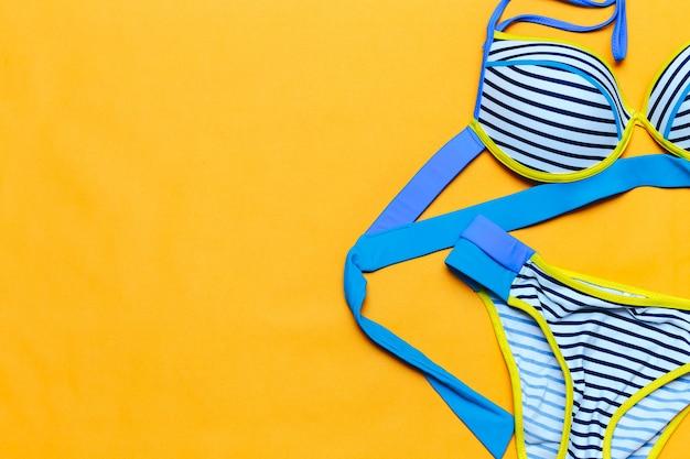 Streifen bunten badeanzug, flatlay, platz für text, sommer kommen Premium Fotos