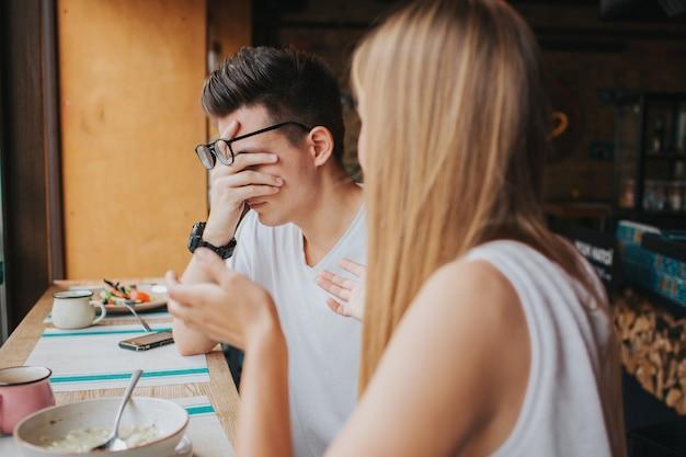 Streit zwischen zwei jungen leuten in einem kaffeehaus, in einer bar oder einem restaurant Premium Fotos