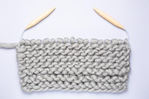 Strickprojekt läuft. ein stück stricken mit wollknäuel und stricknadeln. Premium Fotos