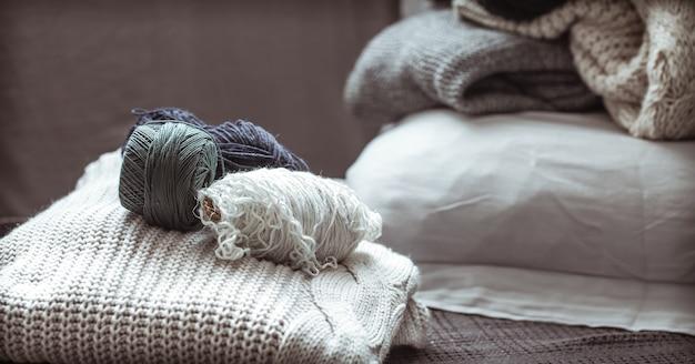 Strickpullover mit wollknäueln, ein konzept von wärme und komfort, hobby, hintergrund, nahaufnahme Kostenlose Fotos