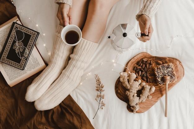 Strömender kaffee der getreidedame nahe büchern und snäcken Kostenlose Fotos
