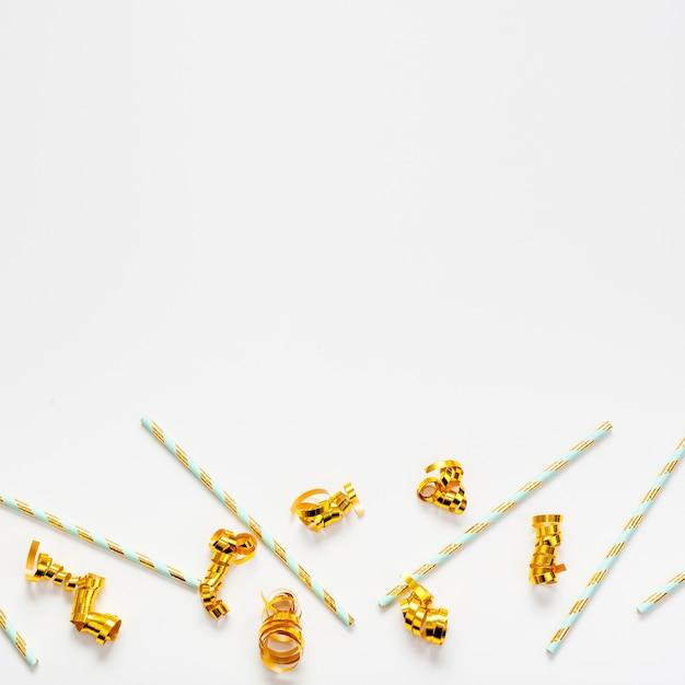 Strohhalme und goldene bänder mit kopienraumhintergrund Kostenlose Fotos