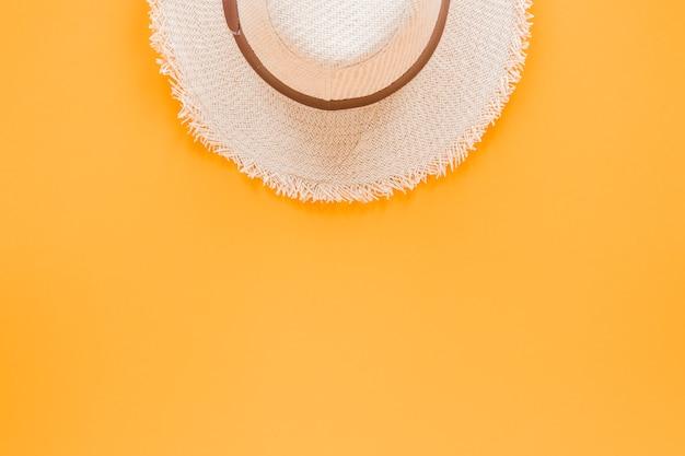 Strohhut auf gelber tabelle Kostenlose Fotos