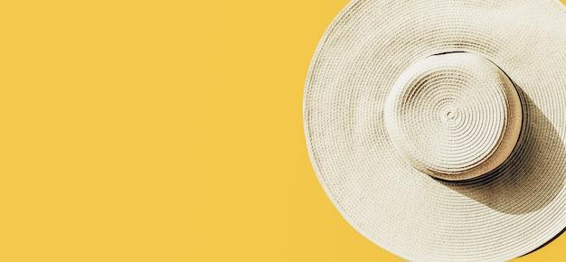 Strohhut auf hellem gelbem sonnigem hintergrund Kostenlose Fotos