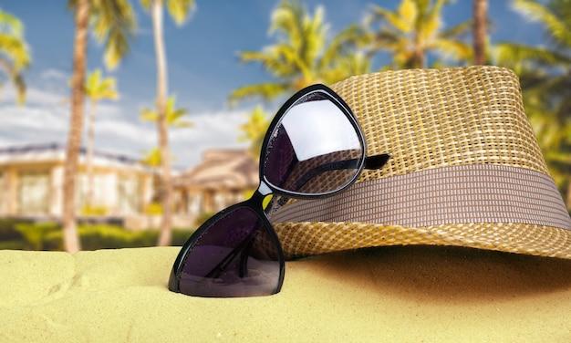 Strohhut auf strandsand Premium Fotos