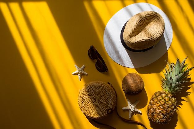 Strohhut, bambustasche, sonnenbrille, kokosnuss, ananas, seestern Premium Fotos