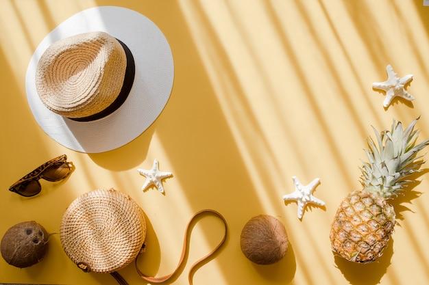 Strohhut, bambustasche, sonnenbrille, kokosnuss, ananas Premium Fotos