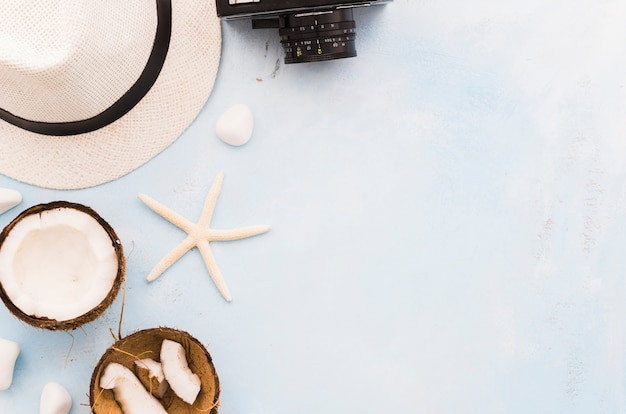 Strohhut mit seestern und kokosnüssen Kostenlose Fotos