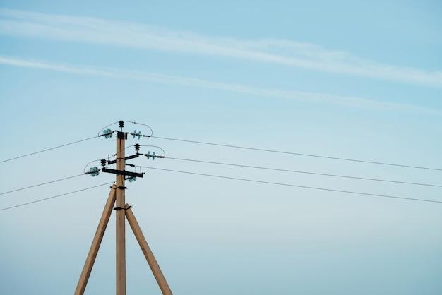 Stromleitungen im blauen himmel Premium Fotos