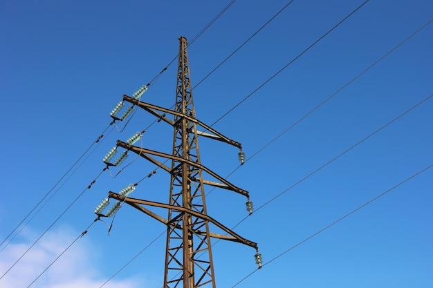 Stromleitungen mit kabeln verbinden. Premium Fotos