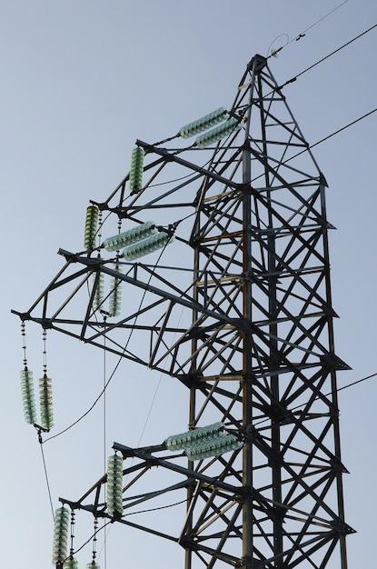 Stromleitungen ragen gegen den blauen himmel auf Premium Fotos
