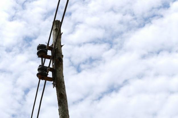 Strompfosten mit hintergrund des blauen himmels und der wolke Premium Fotos