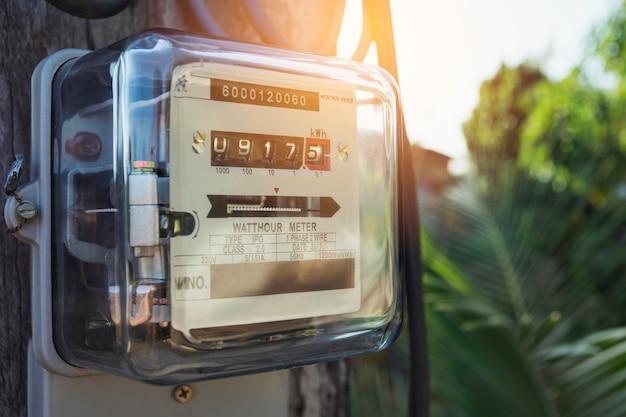 Stromzähler zur messung des stromverbrauchs. wattstundenstromzählermaßwerkzeug mit kopienraum. Premium Fotos