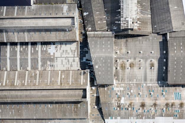 Strukturdachfabrik mit verwittertem und verfallenem Premium Fotos