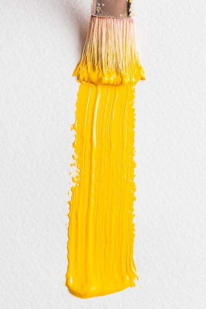 Strukturierter abstrich der gelben farbe nahe bürste Kostenlose Fotos