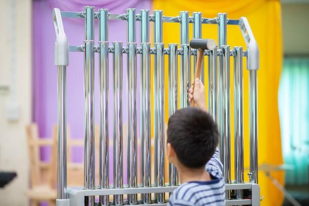 Student an der arts school, der schlaginstrument spielt Premium Fotos