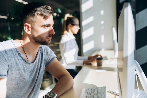 Student arbeitet mit einem personal computer in der bibliothek Premium Fotos