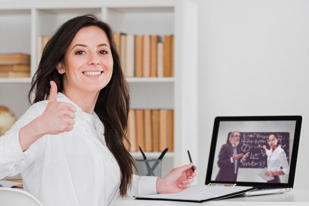 Student daumen hoch e-learning-konzept Kostenlose Fotos