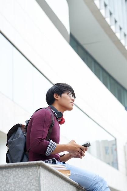 Student, der draußen stillsteht Kostenlose Fotos