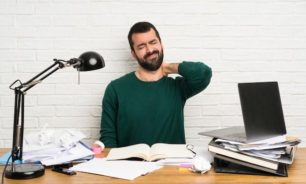Student mann mit nackenschmerzen Premium Fotos