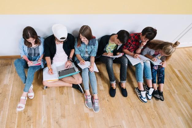 Studenten auf dem boden studieren zusammen Kostenlose Fotos