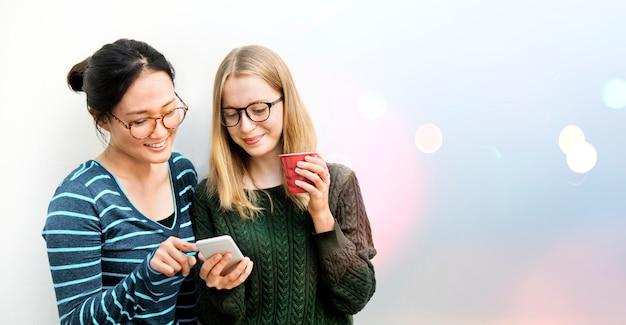 Studenten, die ein telefon verwenden Kostenlose Fotos