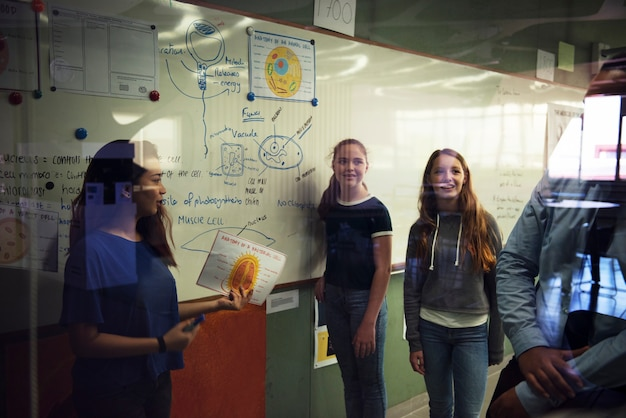 Studenten, die eine darstellung in einem klassenzimmer geben Premium Fotos