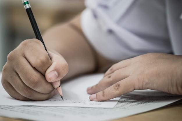 Studenten, die prüfungen ablegen, schreiben prüfung auf papier antwortbogen optische form des standardisierten tests Premium Fotos