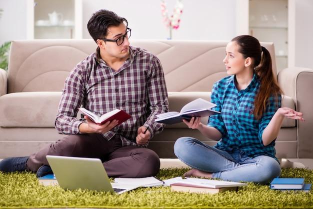 Studenten, die sich auf universitätsprüfungen vorbereiten Premium Fotos