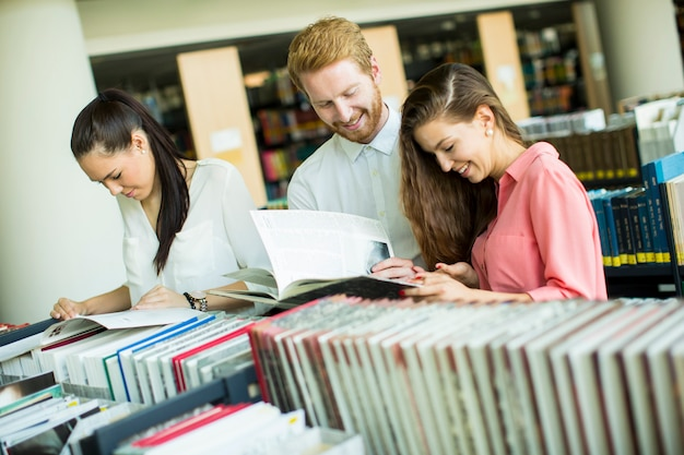 Studenten in der bibliothek Premium Fotos