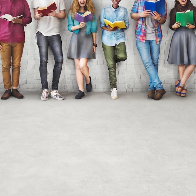 Studenten-jugend-erwachsenes leseausbildungs-wissens-konzept Premium Fotos