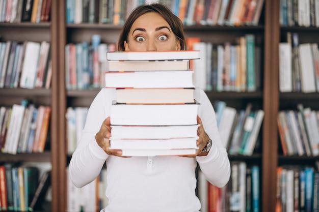 Studentenfrau, die an der bibliothek studiert Kostenlose Fotos