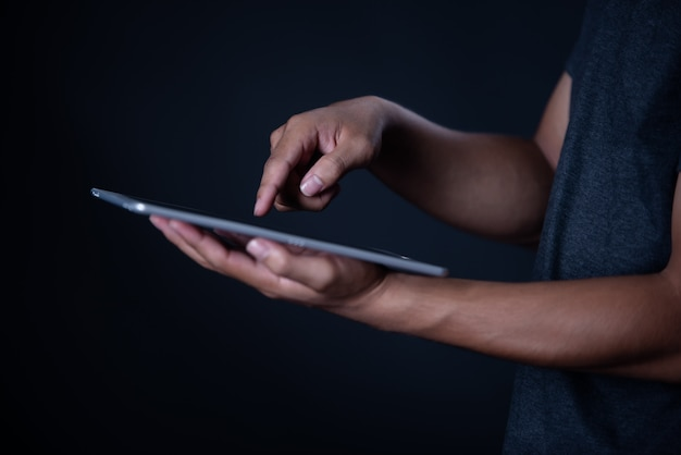 Studentenjunge, der den laptop, online lernend verwendet, bildung Kostenlose Fotos