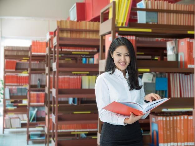 Studentin, die ein buch liest Premium Fotos