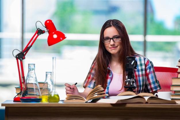 Studentin, die für chemieprüfungen sich vorbereitet Premium Fotos