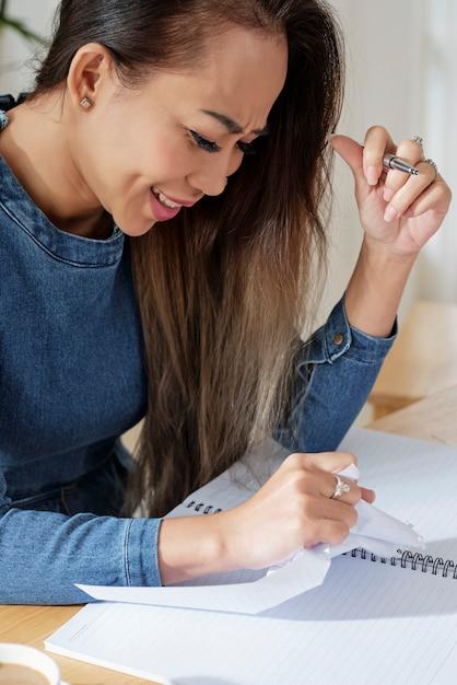 Studentin, die papier zerreißt Kostenlose Fotos