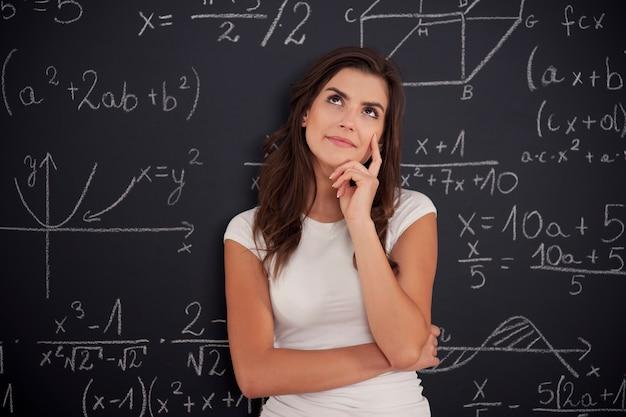 Studentin, die über mathematikproblem nachdenkt Kostenlose Fotos