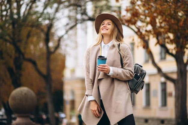 Studentin in trinkendem kaffee des hutes Kostenlose Fotos