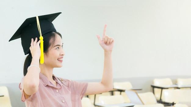 Studentin Mit Dem Abschluss Hut Im Klassenzimmer Download Der